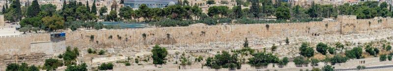 耶路撒冷的老镇墙壁和老公墓大全景  免版税图库摄影