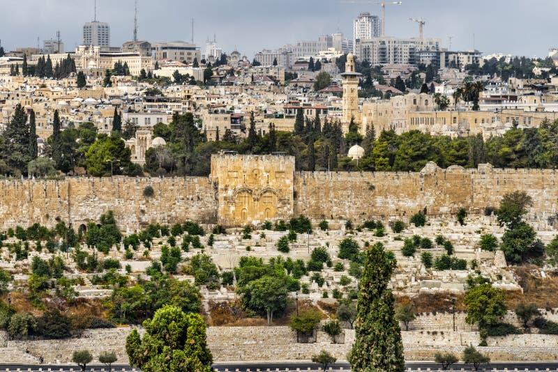 耶路撒冷,从锡安山的看法,金门的,密集地是石工,但是期望被打开在复活 库存照片