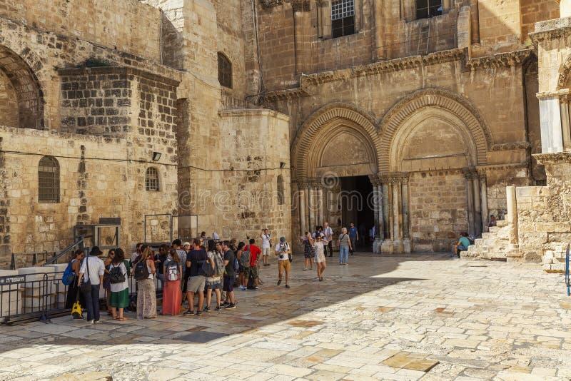 耶路撒冷,以色列,09/11/2016:一个小组入口的游人对圣洁坟墓的寺庙在耶路撒冷 库存图片