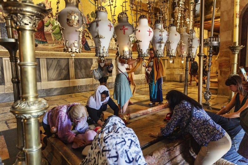 耶路撒冷,以色列,09/11/2016:圣洁坟墓的寺庙的信徒祈祷 免版税库存图片