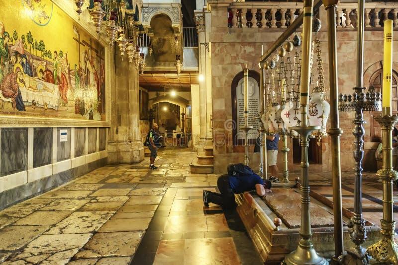 耶路撒冷,以色列,09/11/2016:圣洁坟墓的寺庙的信徒祈祷 图库摄影