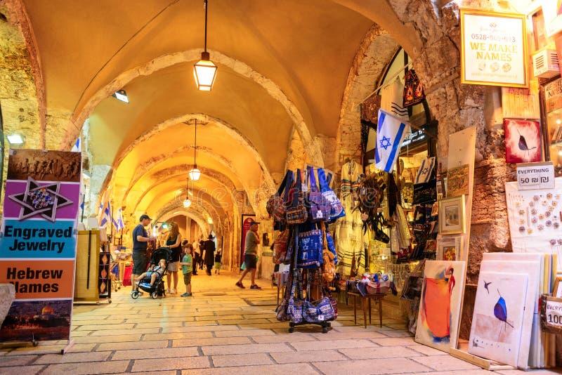 耶路撒冷,以色列- 2017年4月:游人步行低谷市场在老城耶路撒冷 免版税库存照片