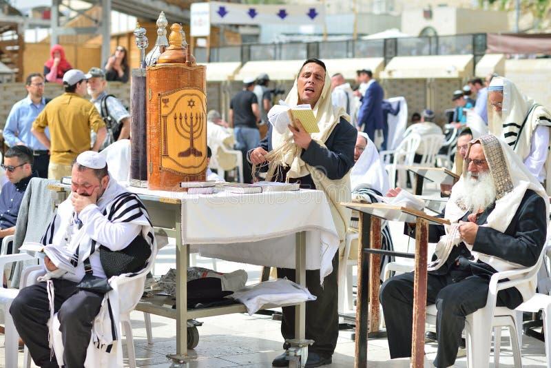 耶路撒冷,以色列- 2017年4月:犹太人庆祝Simchat摩西五经 Simchat摩西五经是一个庆祝的犹太假日标记compl 免版税图库摄影