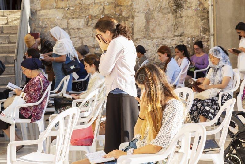 耶路撒冷,以色列09/11/2016:在妇女的边的信徒由哭墙 库存图片