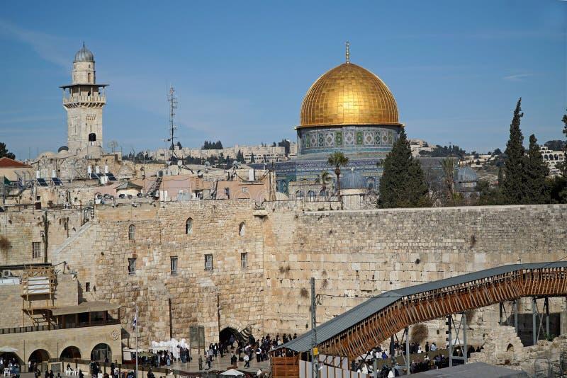 耶路撒冷,岩石的圆顶在西部墙壁上坐 图库摄影