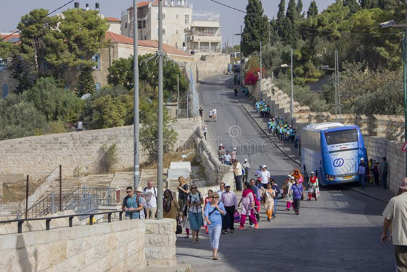 耶路撒冷 到达在游览的游人对老镇 图库摄影