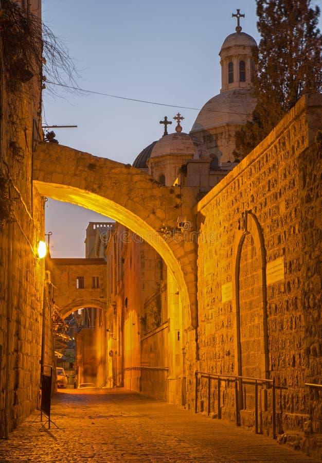 耶路撒冷-通过在黄昏的Dolororosa与鞭打教堂 免版税库存照片