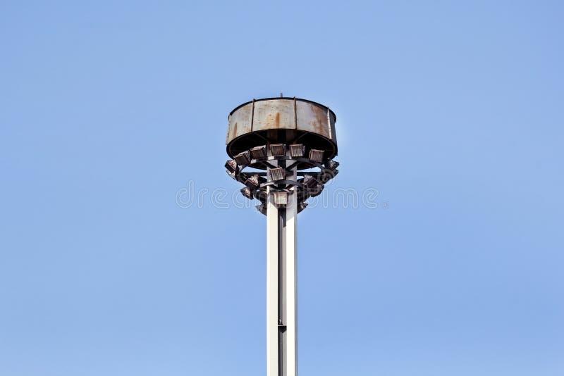 耸立与反射器在城市街道上的环形交通枢纽 库存图片