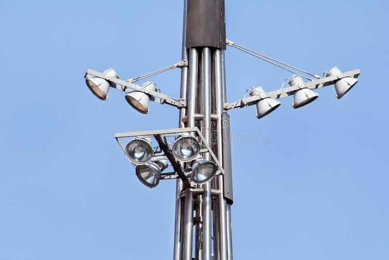 耸立与反射器在城市街道上的环形交通枢纽 免版税库存图片