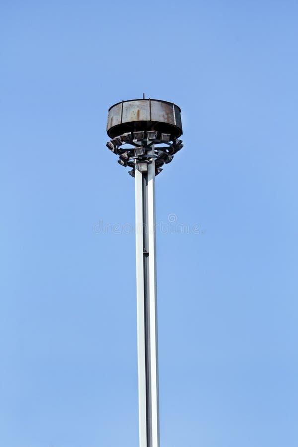 耸立与反射器在城市街道上的环形交通枢纽 图库摄影