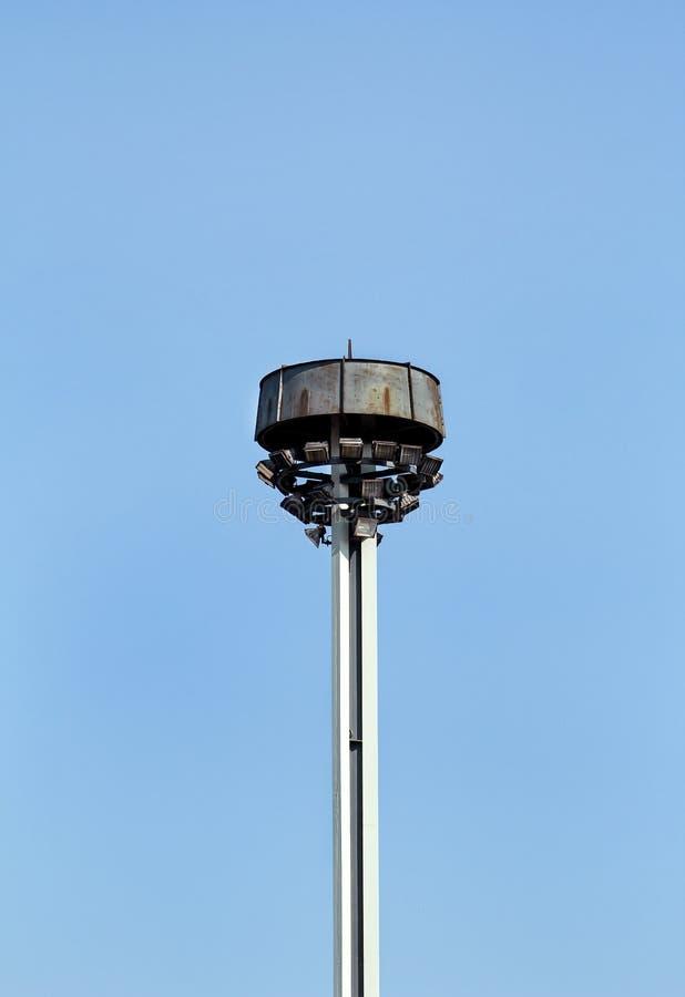 耸立与反射器在城市街道上的环形交通枢纽 免版税图库摄影