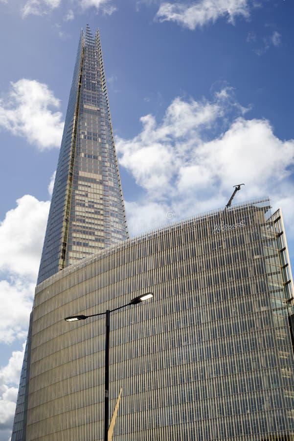 耸立在办公大楼的碎片摩天大楼 免版税库存图片