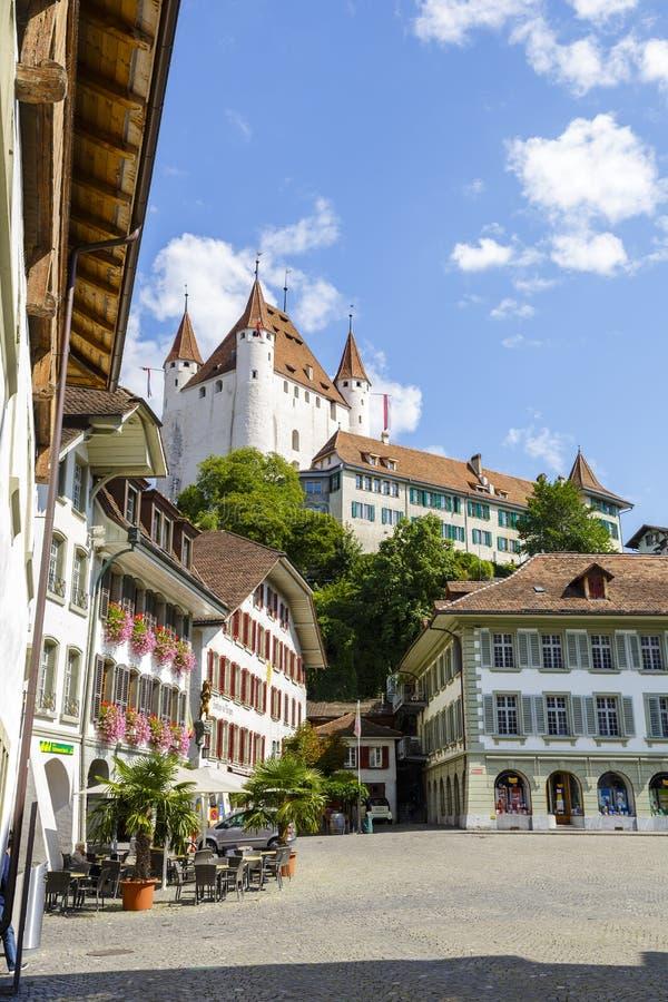 耸立在城市的著名图恩城堡 免版税图库摄影