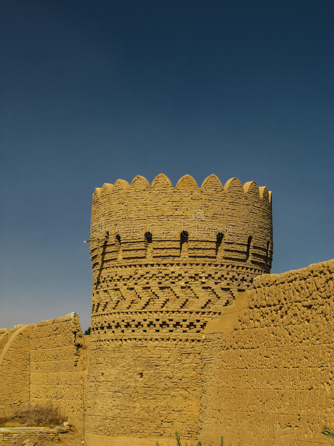 耸立在墙壁在Dowlat Abad庭院,亚兹德伊朗附近 库存照片