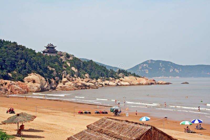 耸立在普陀山海岛,中国上的海滩上的佛教寺庙 库存照片