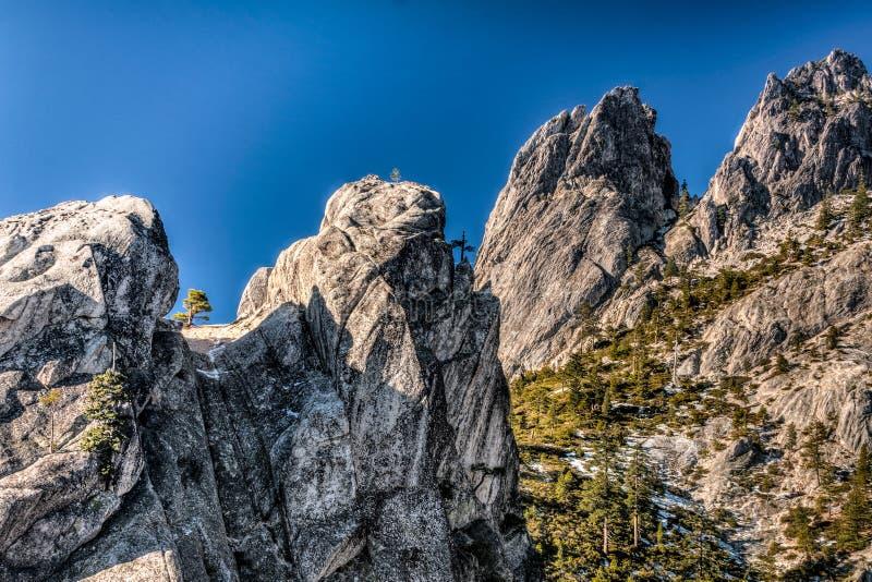 耸立大城堡碎片的岩石  库存图片