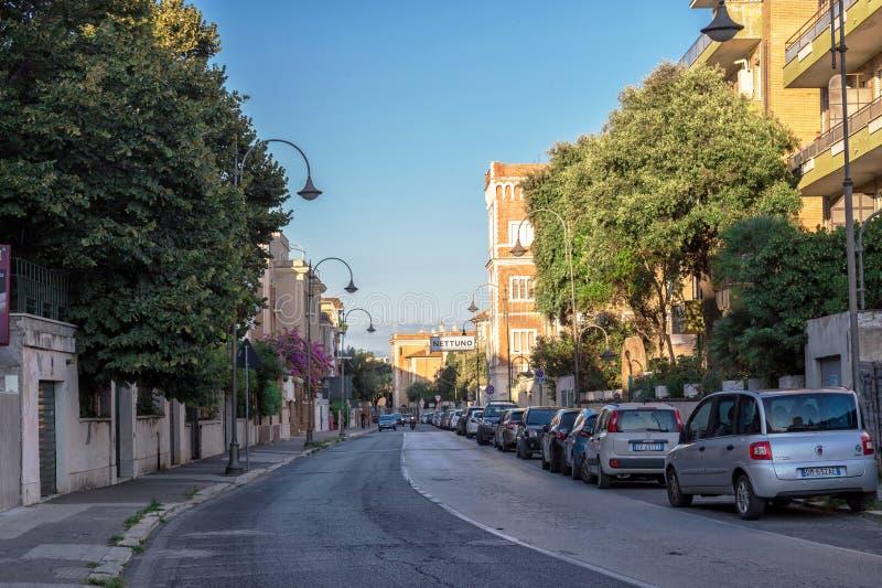 聂图诺,拉齐奥地区,意大利- 2018年8月27日:词条到聂图诺市里 连接安济奥和聂图诺的路 库存照片