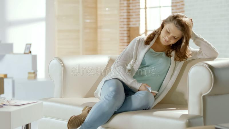 聊天与人脉的男朋友的愉快的微笑的妇女在手机 免版税图库摄影