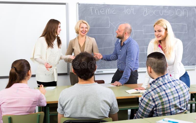 聊天与学生的教授 库存图片