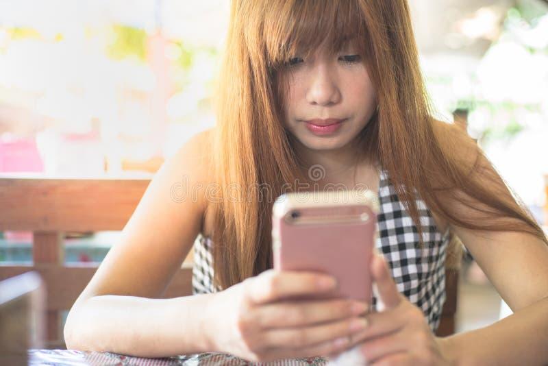 聊天与桃红色智能手机 免版税库存图片