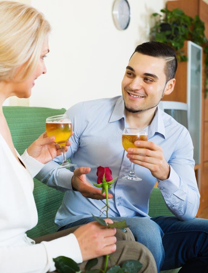 Download 聊天与年轻男朋友的妇女 库存图片. 图片 包括有 会议, 平面, 英俊, 偶然, 表面, 衣物, 内部, 约会 - 59101615