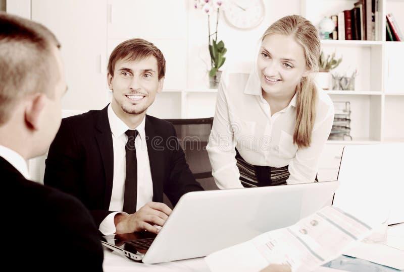 聊天关于企业项目的工友 免版税库存图片