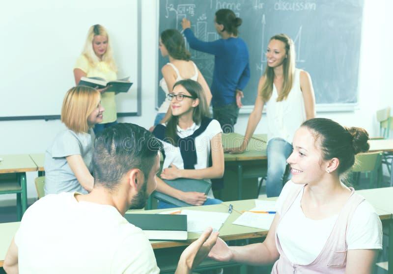 聊天和微笑在学院的学生 库存照片