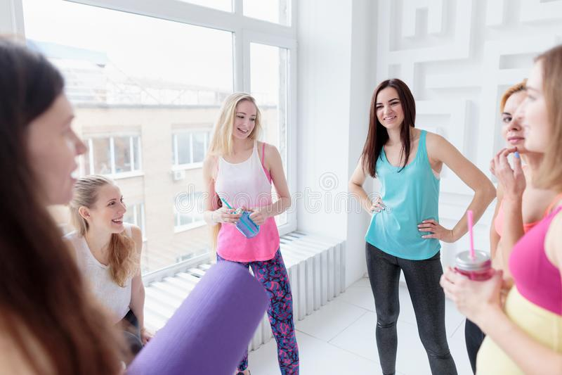 聊天在他们的锻炼以后的微笑的妇女 免版税库存照片