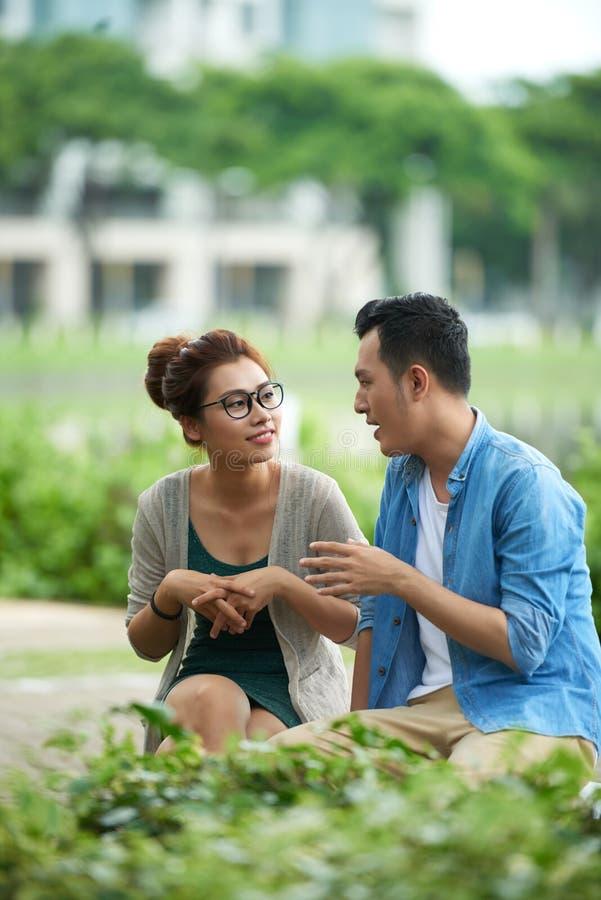 聊天在公园的夫妇 库存图片
