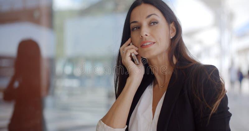 聊天在机动性的体贴的华美的妇女 免版税库存照片