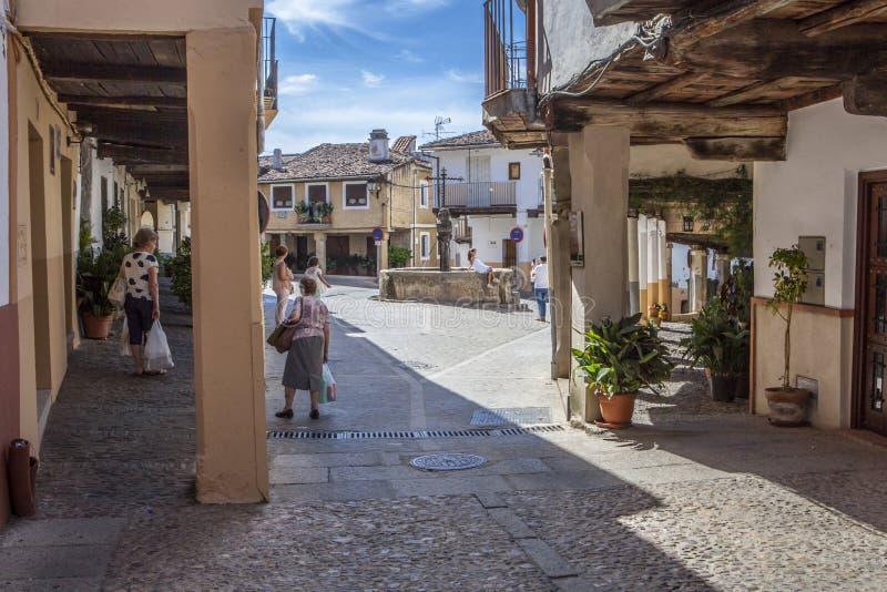 聊天在正方形的三架喷气机喷泉,瓜达卢佩河老镇,西班牙的当地人民 免版税库存图片