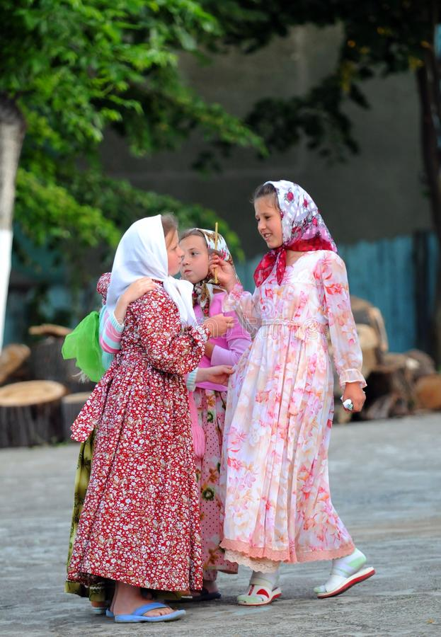 聊天在罗马尼亚的一个小组俄国女孩 库存照片
