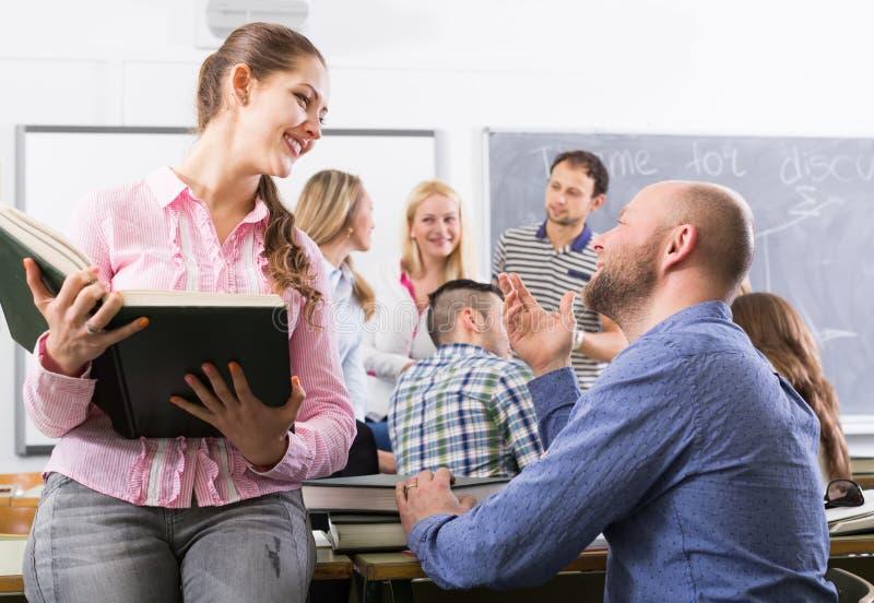 聊天在雇员的训练的学生在断裂期间 库存图片