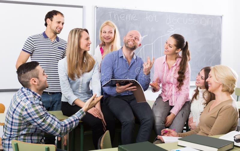 聊天在雇员的训练的学生在断裂期间 库存照片