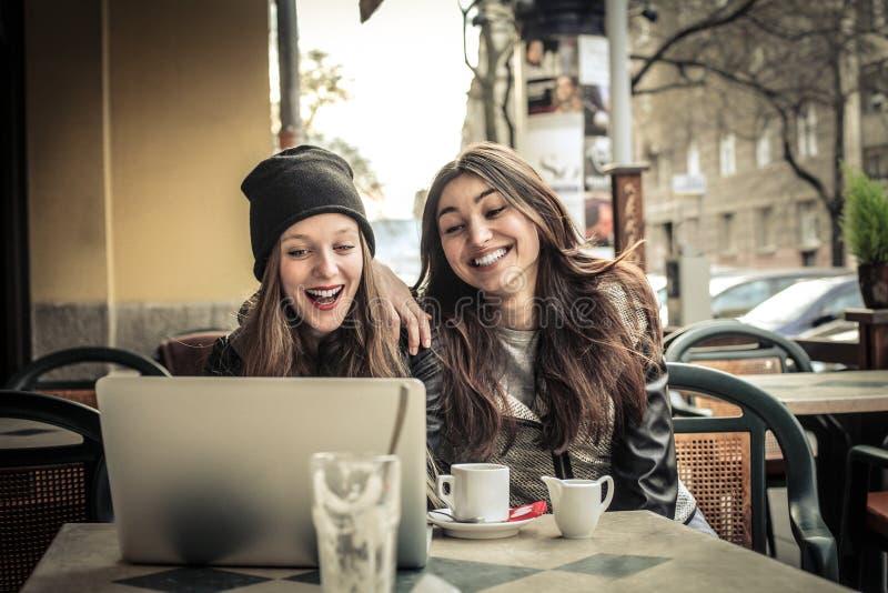 聊天在caffè的美丽的妇女 库存照片