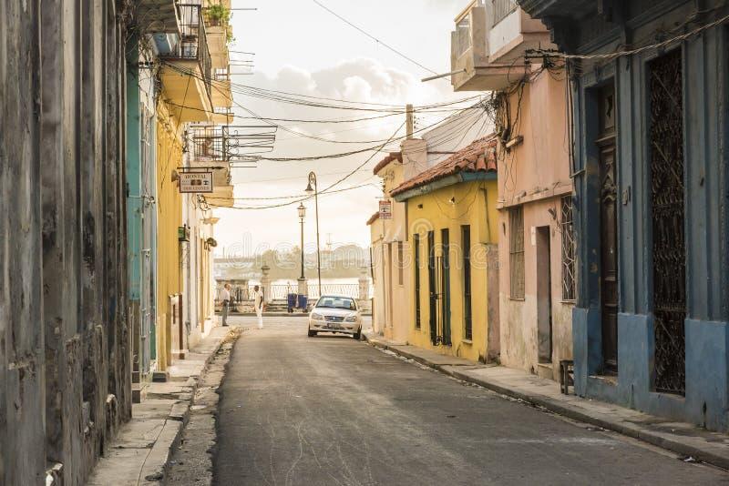 聊天在streetcorner早晨哈瓦那旧城的人 库存图片