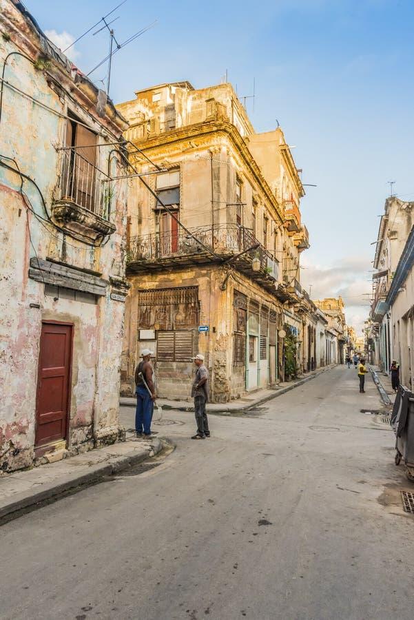 聊天在streetcorner的两个人在哈瓦那旧城 免版税库存图片