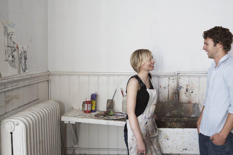 聊天由水槽的大学生在艺术演播室 免版税库存照片