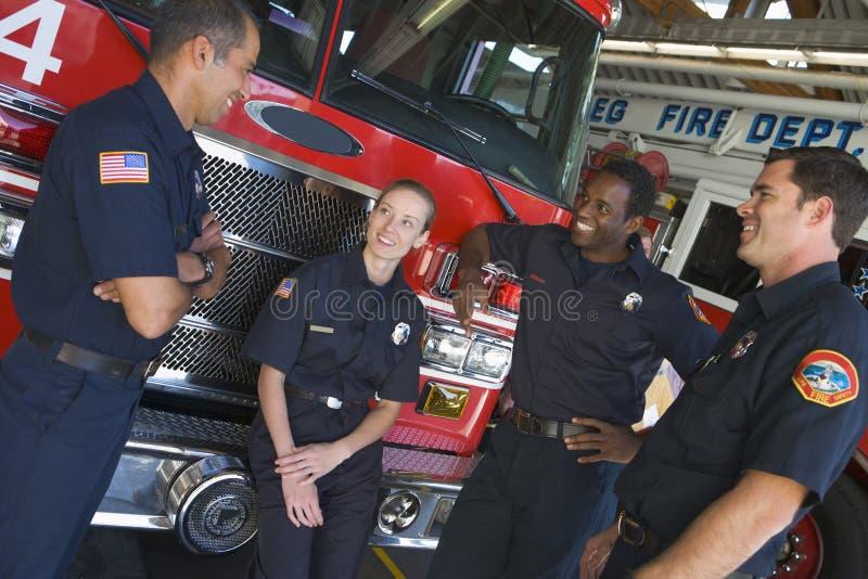 聊天的发动机起火消防队员 库存照片