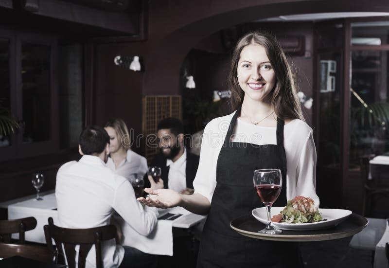 聊天的成人和快乐的女服务员 免版税图库摄影