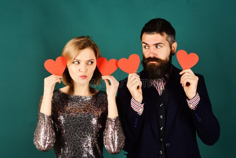 聋爱和华伦泰概念 在爱的夫妇拿着心脏 免版税库存图片