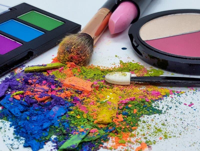 职业化妆刷彩色粉碎眼影 免版税库存照片