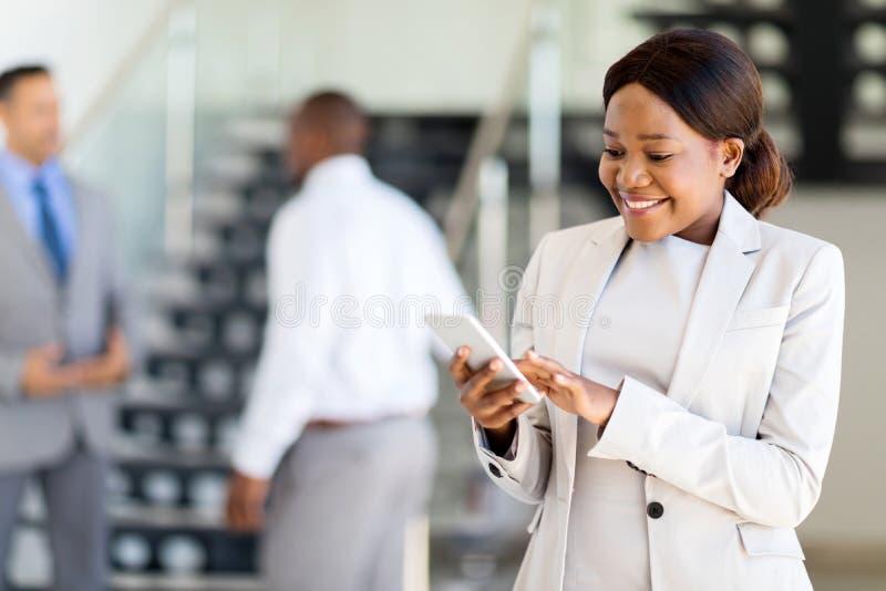 职业妇女手机 免版税库存图片