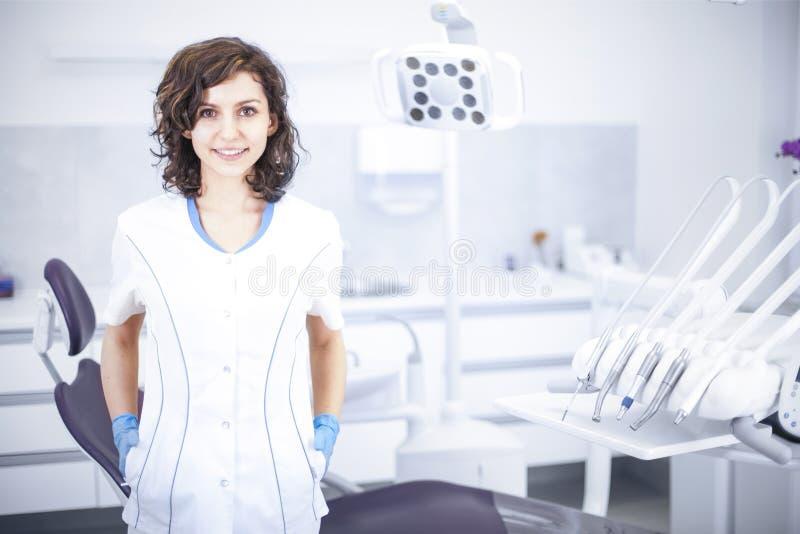 年轻职业妇女牙医在牙齿办公室 免版税库存图片