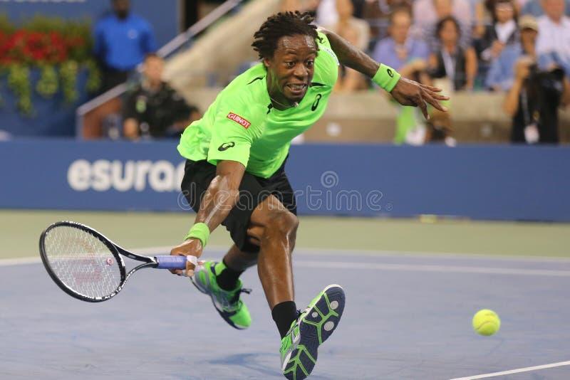 职业网球球员在四分之一决赛比赛期间的Gael Monfis反对十七次全垒打冠军罗杰・费德勒 库存图片