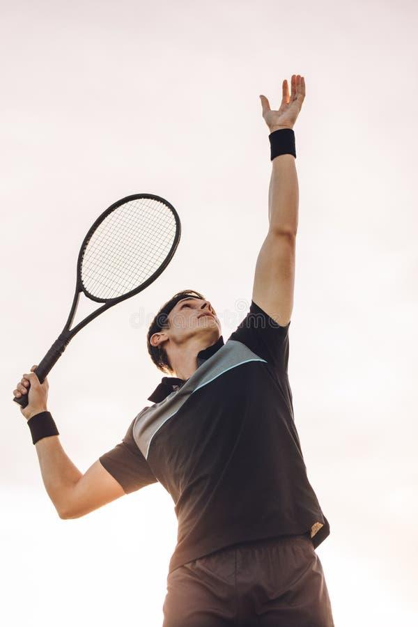 职业网球球员服务 库存图片