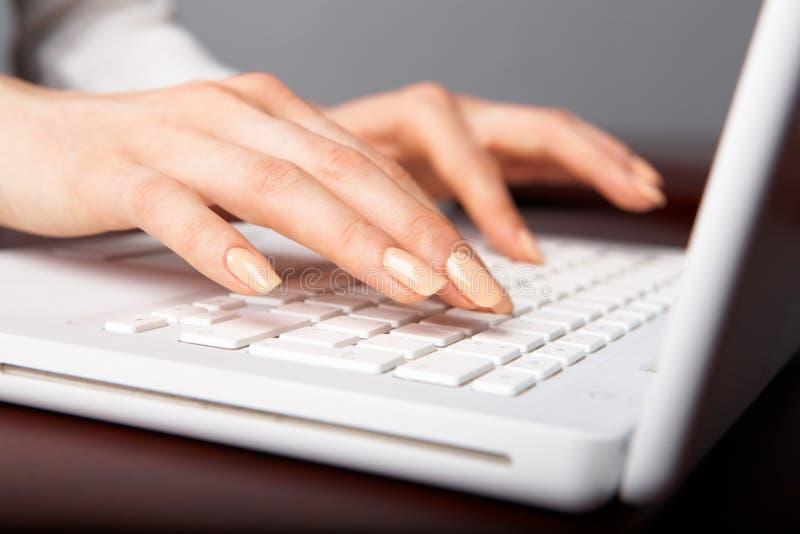 Download 职业 库存照片. 图片 包括有 指甲盖, 关键董事会, 无绳, 连通性, 会议室, 膝上型计算机, 黑客 - 15675662