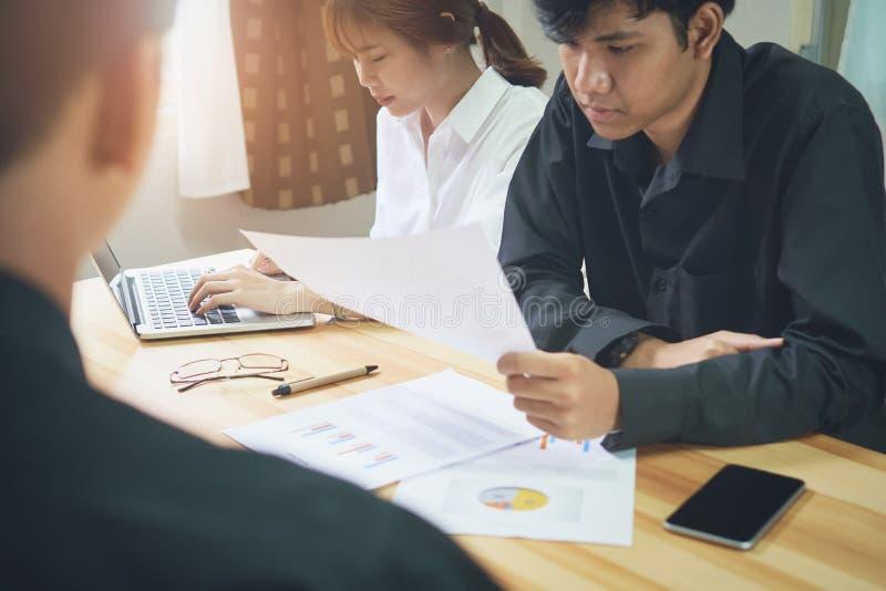 职员与使用他们的经营业务的顾客协商 免版税图库摄影