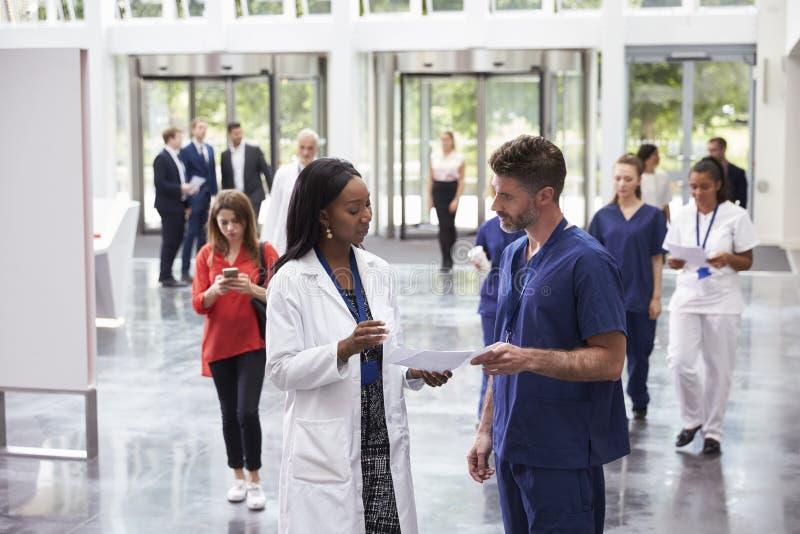 职员在现代医院繁忙的大厅地区  库存照片