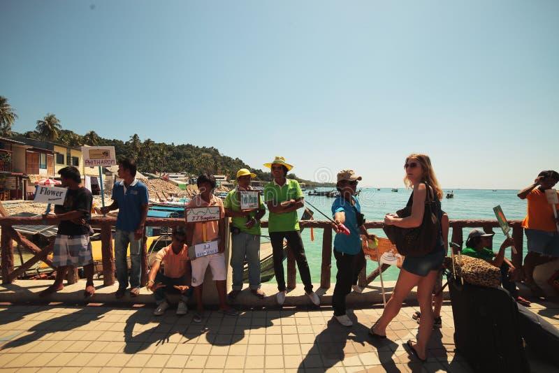 职员招呼了到达乘轮渡的旅客到发埃发埃海岛在泰国 库存照片